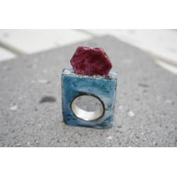 Bague en argent, lave émaillée bleue, rubis brut et petite émeraude