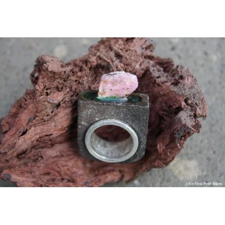 Bague en pierre de lave méaillée et argent, rubis brut et émeraude